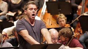 I bicipiti del tenore italiano canta Rossini in t-shirt