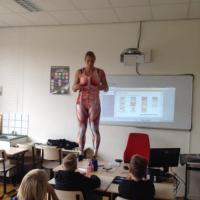 Germania, a lezione di anatomia: i muscoli sono disegnati sui vestiti della prof