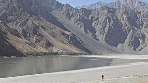 Corre 300 km suI tetto del mondo   Il diario  Impresa del 're dei deserti'