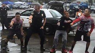 San Diego, il poliziotto ballerino    con i bambini a passo di rap