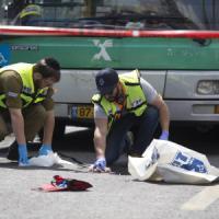 Tre israeliani aggrediti e feriti. Uccisi due palestinesi