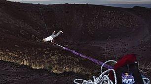 Un funambolo sui crateri dell'Etna antipasto del Red Bull Airlines