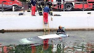 Auto sbanda e finisce nel Naviglio Soccorso dei sub: passeggeri salvi