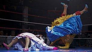 Le signore latine del wrestling le boliviane salgono sul ring