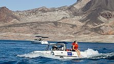 A spasso con l'anfibia  ft  sull'acqua del Lake Mead nel deserto di Las Vegas