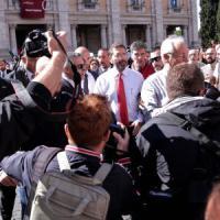 """Roma, Marino: """"Ripensarci? No"""". Il cardinale Vallini: """"Serve scossa"""". E Renzi chiude"""