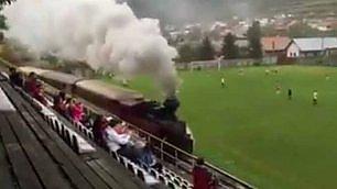 C'è un treno che corre sulla fascia Locomotiva passa durante match
