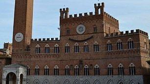 Siena, sorriso in piazza del Campo opera di Clet su palazzo comunale