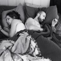 Il fotografo rimuove gli smartphone e smaschera l'ossessione per cellulari e tablet