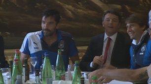 """Renzi a tavola con gli azzurri A Buffon: """"Ora sei il numero 1""""    Sul Senato: """"Non dire gatto"""""""