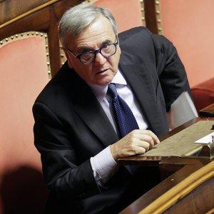 """Maurizio Sacconi: """"Favorisce l'utero in affitto, daremo battaglia"""""""