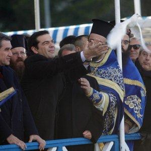 Tsipras leva i controlli ai capitali. Ma per ora solo alla Chiesa