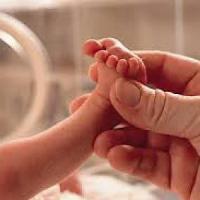 Bimbo con l'utero in affitto: mamma e papà sotto inchiesta rischiano multa da 1 milione