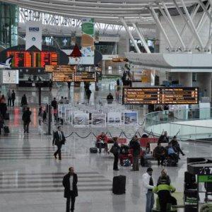 Perde scalo per l'Iraq, donna si impicca in aeroporto Istanbul