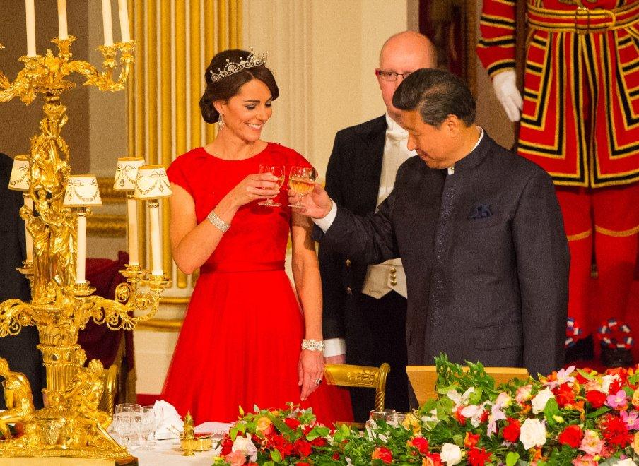 Londra, Kate in rosso con tiara di diamanti: brindisi con Xi alla cena di gala