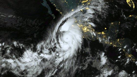 """L'uragano Patricia spaventa il Messico, ma all'arrivo perde potenza. Pena Nieto: """"Pochi danni"""""""