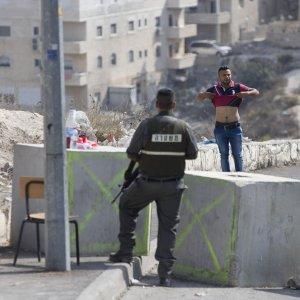 Cisgiordania, tenta di accoltellare una guardia: uccisa palestinese