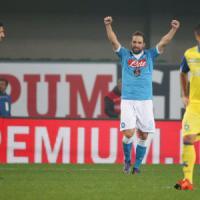 Chievo-Napoli 0-1: gli azzurri non si fermano più, ora sono secondi. E' sempre Higuain