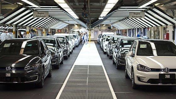 Volkswagen, il dieselgate porta il primo rosso in 15 anni. Ue: i test su strada solo nel 2019