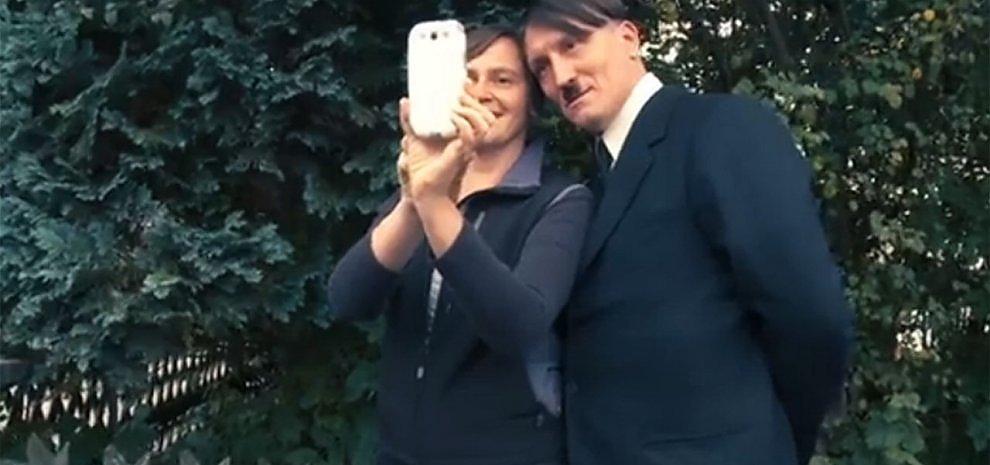 """""""Lui è tornato"""": Hitler è fra noi e sbanca in sala: """"La mia generazione scorda il passato"""""""