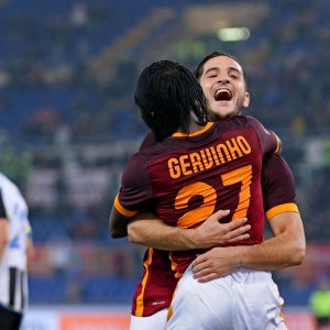 Serie A: Roma e Napoli non si fermano, cade la Juve