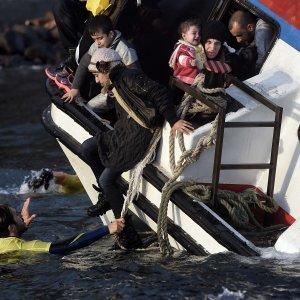 Migranti, due naufragi al largo di isole greche: almeno 22 morti