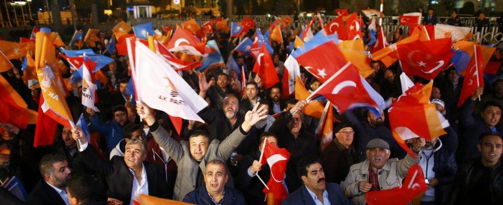 Elezioni in Turchia, il trionfo di Erdogan. Scontri tra polizia e curdi