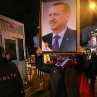 Erdogan festeggia il trionfo. Così la Turchia islamica ha sconfitto laici e curdi