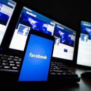 Crollo su Facebook: gli utenti postano di meno