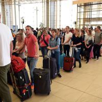 Disastro Metrojet, caos a Sharm: oltre 20mila turisti bloccati in aeroporto