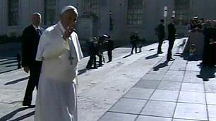 Papa Francesco inciampa e cade Niente di grave. E si rialza subito