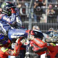 MotoGp, Lorenzo vince il mondiale: la festa sul podio a Valencia