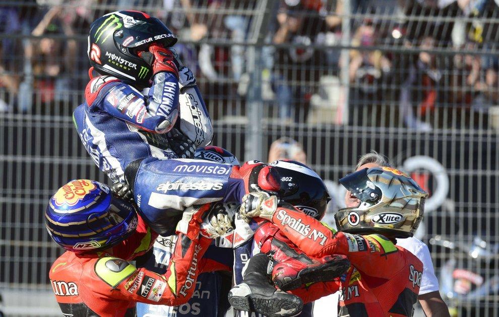 MotoGp, Lorenzo vince il mondiale: la festa sul podio a Valencia - Repubblica.it
