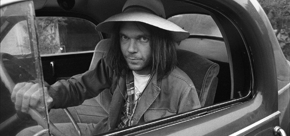 """Neil Young, in un libro la sua corsa all'oro lunga 70 anni: """"Devi cambiare sempre"""""""