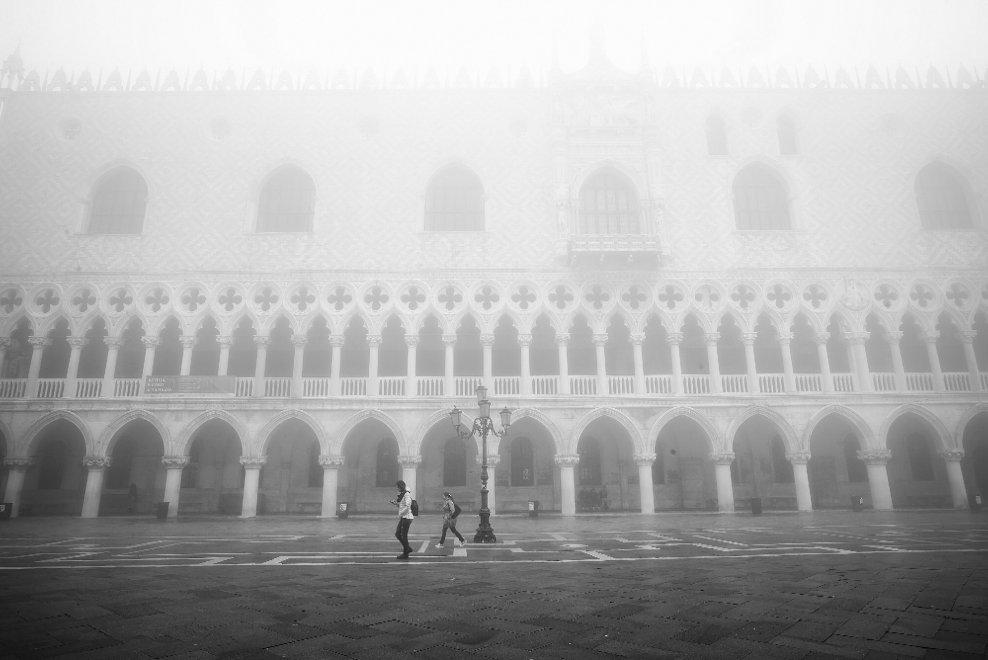 Venezia scompare nella nebbia: magia negli scatti in bianco e nero