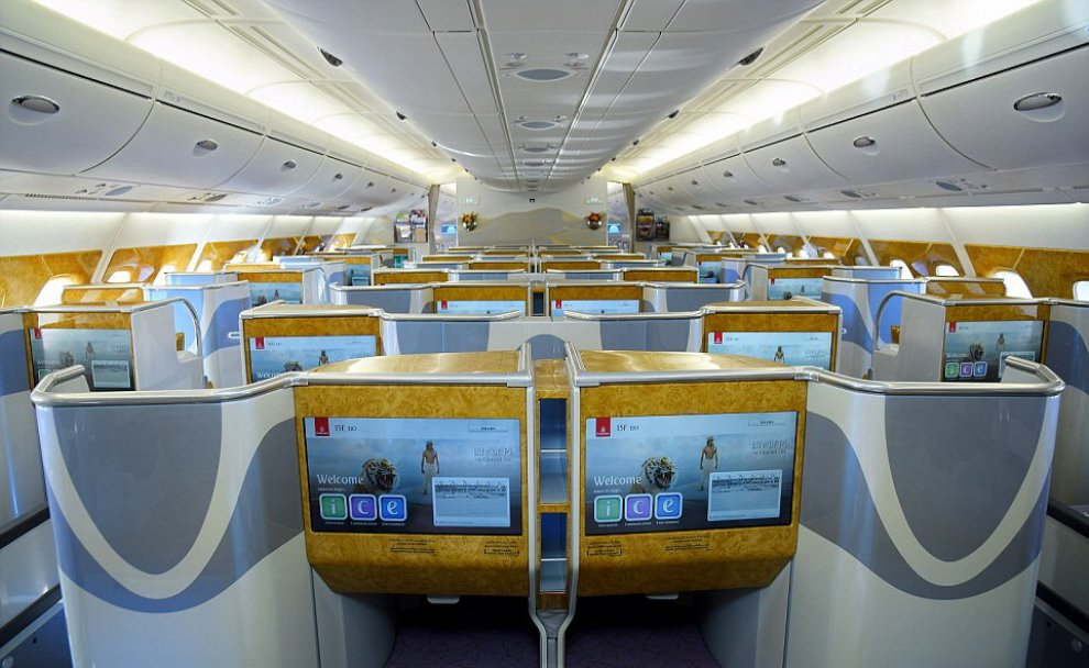 Debutta l'aereo più grande del mondo, ecco l'A380-800 di Emirates