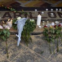 Parigi, il giorno dopo gli attentati: fiori, scientifica e oggetti smarriti