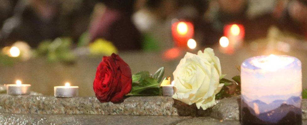 Parigi sotto attacco, l'onda di solidarietà: in piazza da Roma a Milano, l'Italia in lutto
