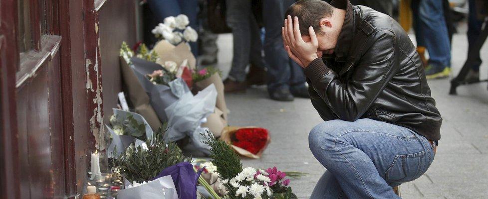 """Parigi sotto attacco, uno dei kamikaze era francese. Arresti in Belgio. Hollande: """"Atto di guerra"""". Alfano: """"Innalzata allerta"""""""
