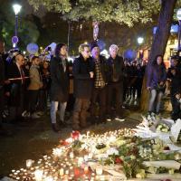 Parigi sotto attacco, Bono e la sua band depongono fiori al Bataclan