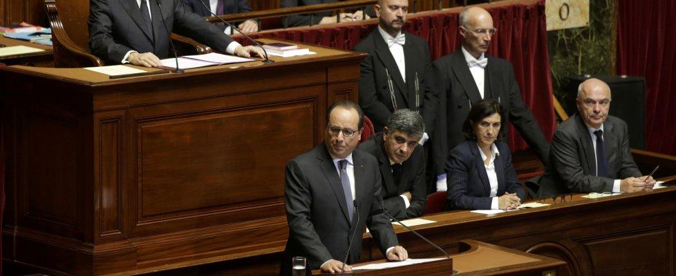"""Hollande: """"La Francia è in guerra. Ue intervenga con noi"""". E annuncia più raid contro l'Is"""