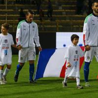 Italia-Romania, azzurri in campo con la bandiera francese