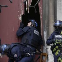 Saint-Denis, poliziotti sfondano porta della chiesa a colpi di ascia