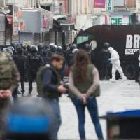 Parigi, assalto al covo dei terroristi: due jihadisti morti, sette arresti. Il procuratore: