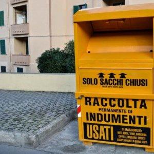 sports shoes 4922d 713f0 Cassonetti gialli per abiti usati: