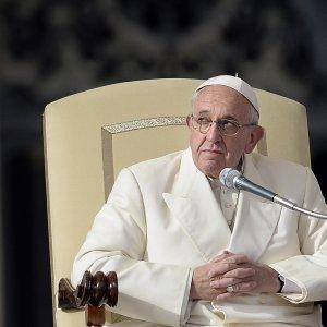 """Il Papa: """"No a proselitismo nelle scuole cattoliche"""". Poi l'accusa: insegnati malpagati"""