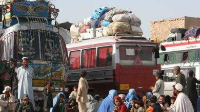 Pakistan, abusi e violenze: i profughi afgani perseguitati dalle forze dell'ordine