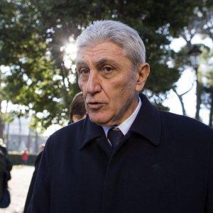 """Pd, caso Bassolino accende scontro. Renzi: """"Primarie day il 20 marzo e per ora  moratoria"""""""