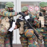 """Parigi, trovata cintura esplosiva in un cassonetto. Hollande: """"Intensifichiamo raid in..."""