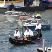 Venezia, i funerali di Valeria Solesin: il feretro in gondola